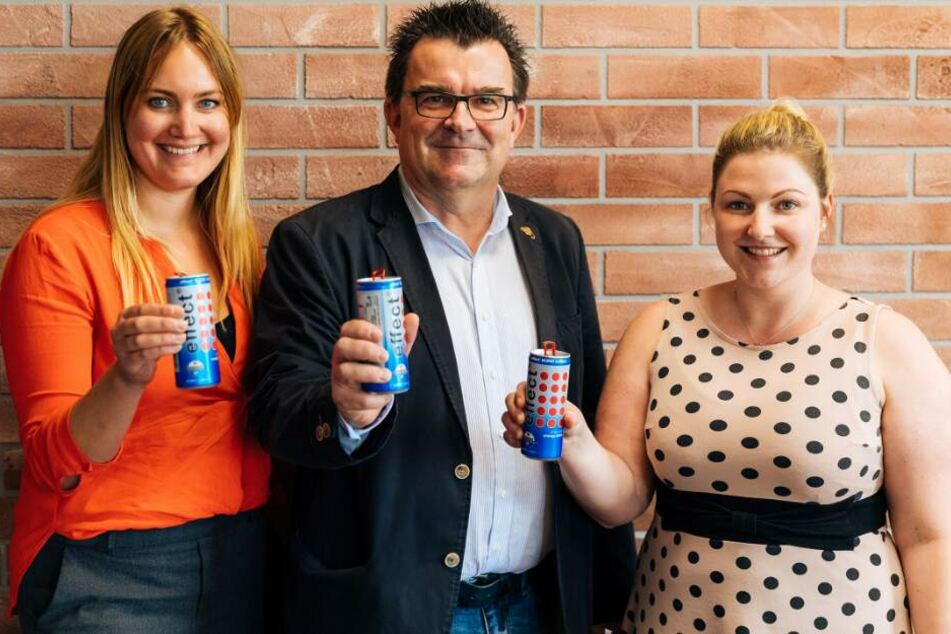 SCP-Geschäftsführer, Martin Hornberger, präsentiert den Energy-Drink des Ärmelsponsors.
