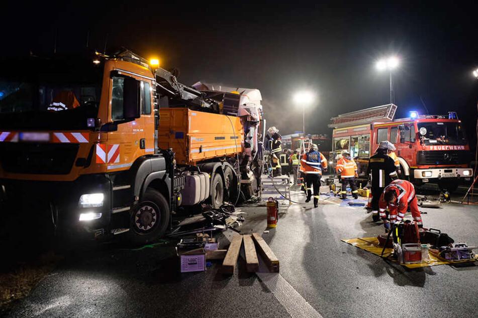 Der Fahrer des Lastwagens hatte einen Warnleitanhänger der Autobahnmeisterei übersehen und war auf diesen aufgefahren.