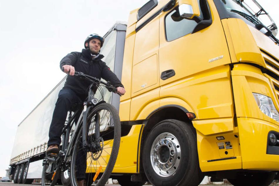 Befindet sich der Radfahrer im toten Winkel, kann der Lastwagenfahrer ihn nicht sehen. Assistenzsysteme sollen nun tödliche Zusammenstöße verhindern.
