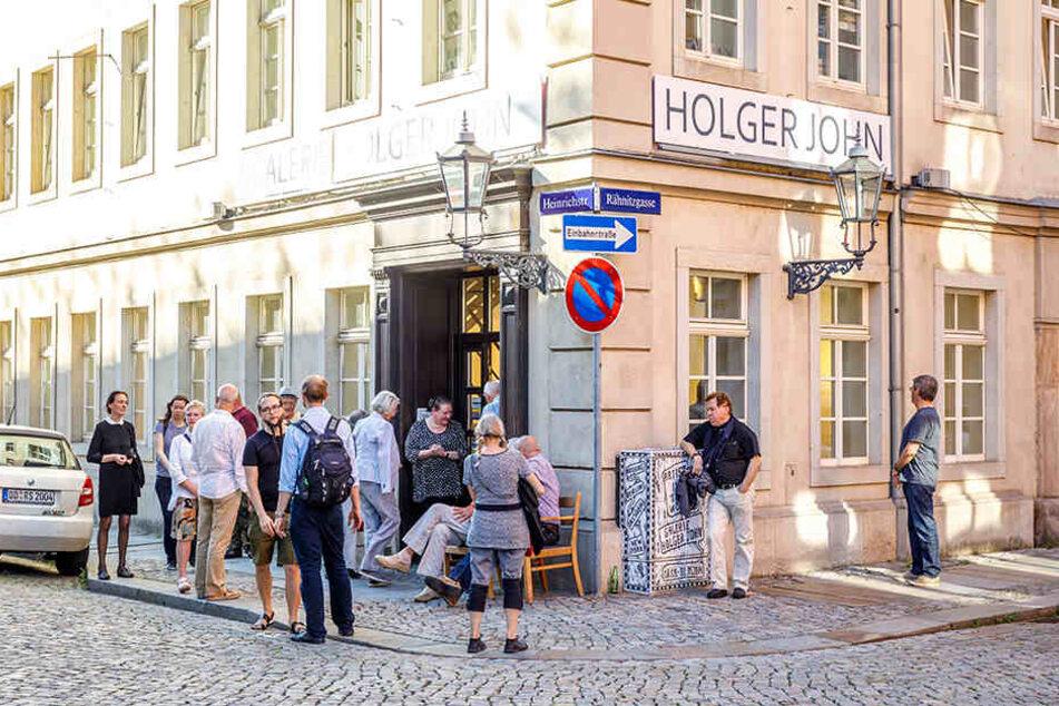 Üblich bei Ausstellungen von Holger John: Die Kunst-Diskussionen werden in und vor der Galerie geführt.
