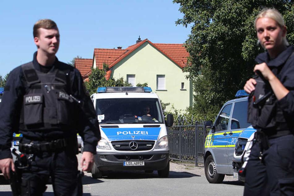 """Unberechenbare Fanatiker: Vergangene Woche eskalierte die angeordnete  Zwangsräumung eines """"Reichsbürgers""""  bei Zeitz zu einer Schießerei mit mehreren Verletzten."""