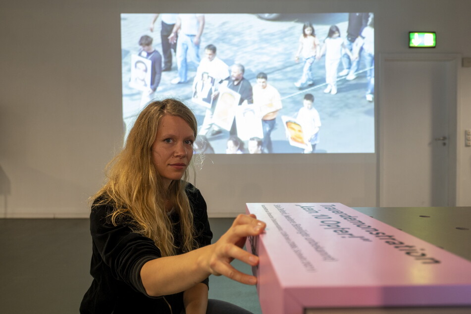 """Projektleiterin Hannah Zimmermann (32) an der Station """"Kein 10 Opfer"""" in der Ausstellung """"Offener Prozess""""."""