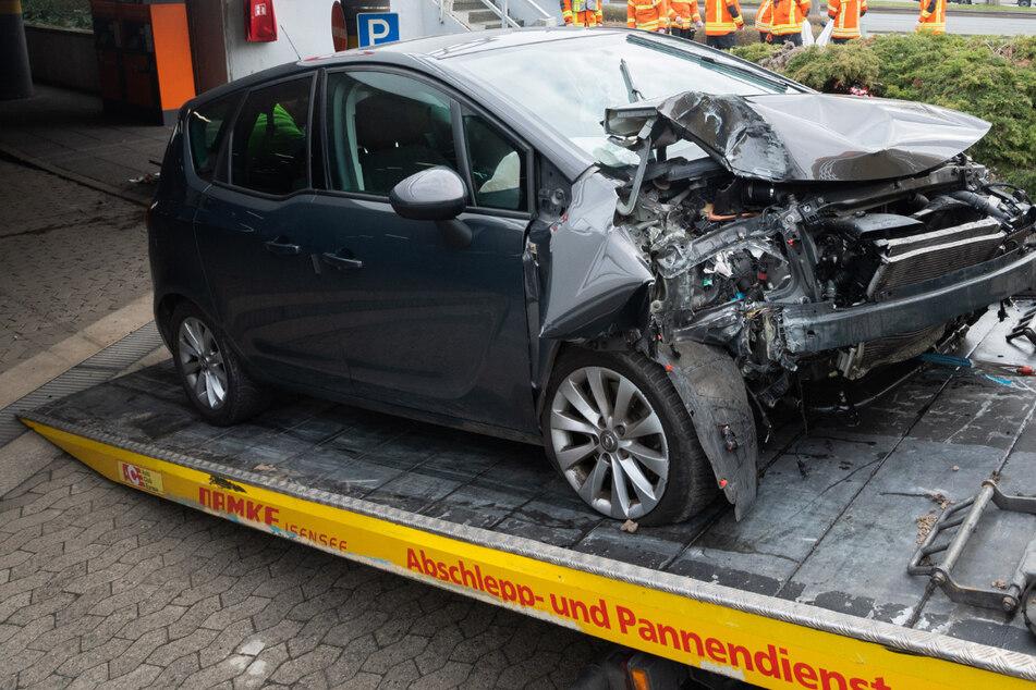 Ein stark beschädigte Unfallfahrzeug wird im Parkhaus der Stadthalle Braunschweig abgeschleppt.