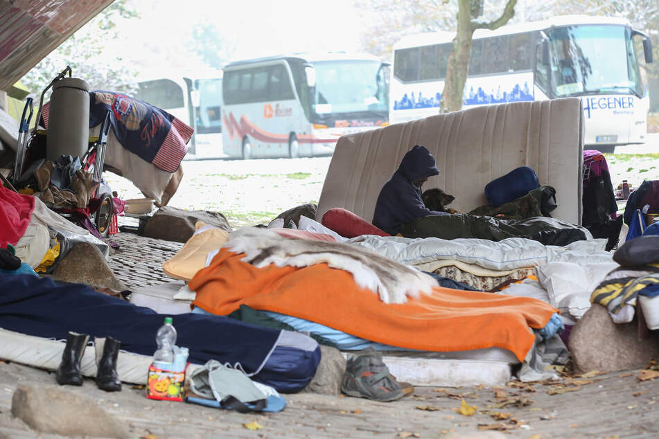 Obdachlose liegen bei Temperaturen um den Gefrierpunkt unter einer Brücke an der Helgoländer Allee.