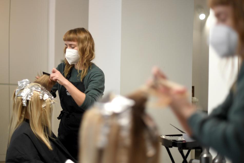 Bald ist es wieder so weit, und die Friseure dürfen ihrem Handwerk nachgehen. Doch wie sehen die Regeln eigentlich aus?