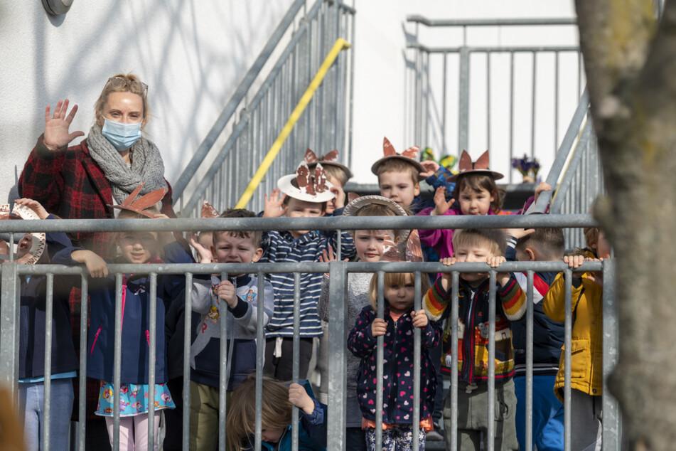 """Die Kinder der städtischen Kita """"Sachsenspatzen"""" freuten sich riesig über den Besuch des Osterhasen."""