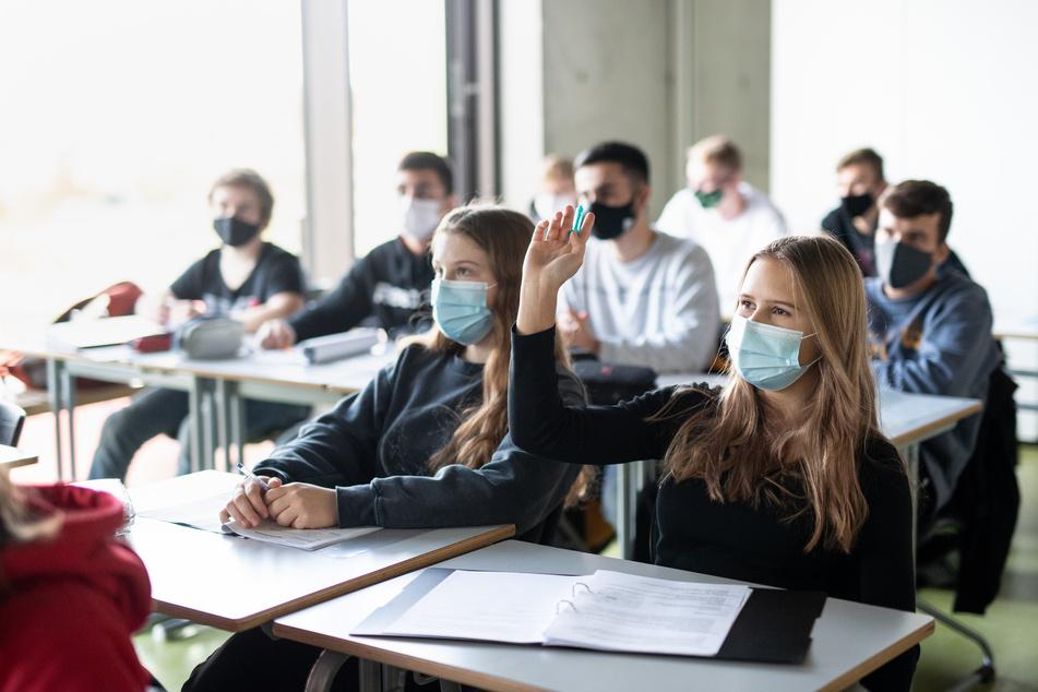 """Masken sind wichtig, aber """"nicht unfehlbar"""", sagen Experten. Deshalb sei es umso wichtiger sie korrekt zu tragen."""