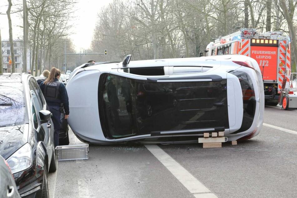 Der Opel kippte nach dem Zusammenstoß mit einem anderen Auto auf die Seite.