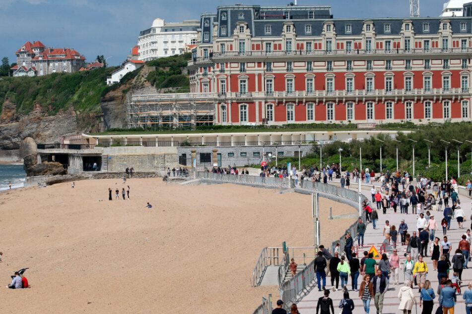Menschen spazieren in der Nähe des Strandes von Biarritz, Südwestfrankreich. Die Strände von Biarritz sind seit der Lockerung der Sperrmaßnahmen zur Verhinderung der Ausbreitung des Coronavirus teilweise zugänglich geworden.