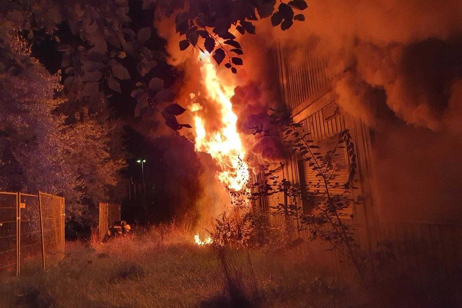 Flammen schlagen aus dem Containergebäude.
