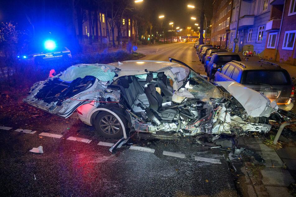 Audi um Ampelmast gewickelt, doch vom Fahrer fehlt zunächst jede Spur