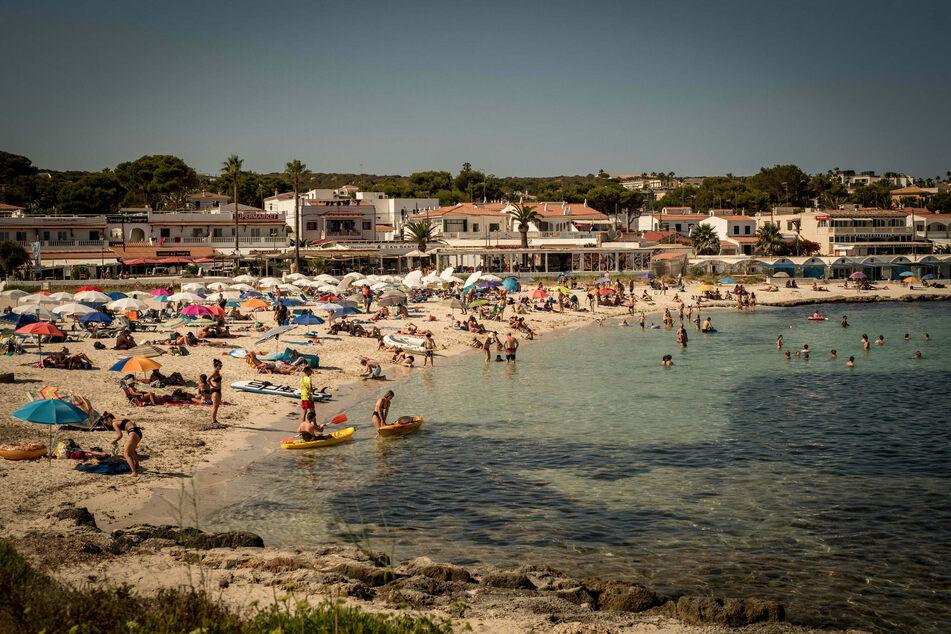Urlauber kühlen sich am Strand Punta Prima in Sant Lluis, im Süden von Menorca, ab. Seit Ende Juni sind die Corona-Zahlen praktisch überall in Spanien rapide in die Höhe geschossen.