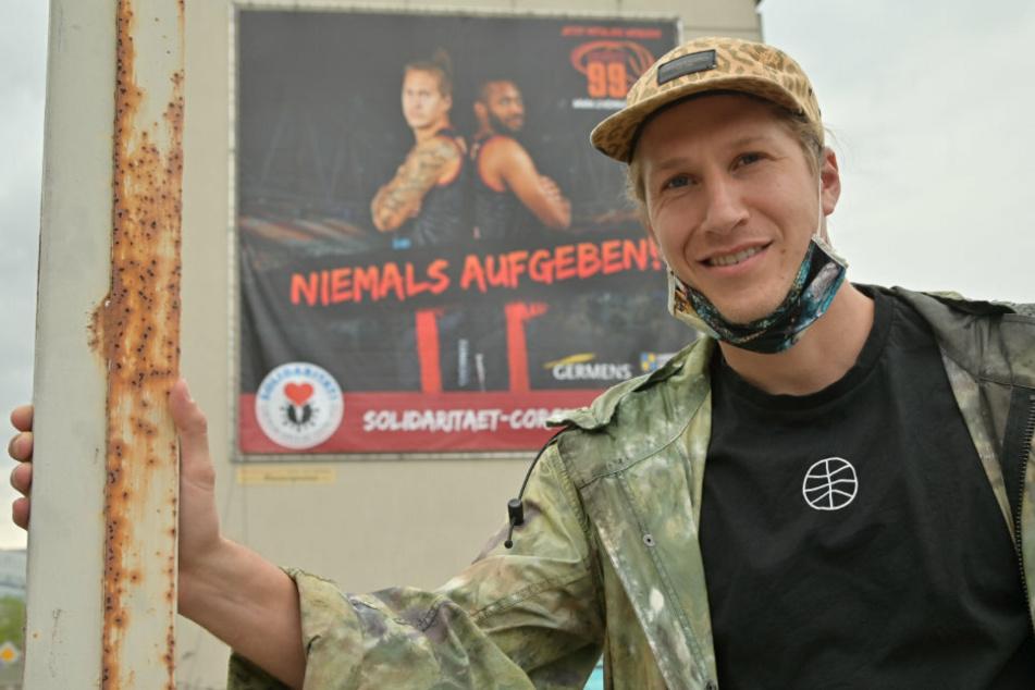 Niners-Star Malte Ziegenhagen vor dem Riesenplakat.
