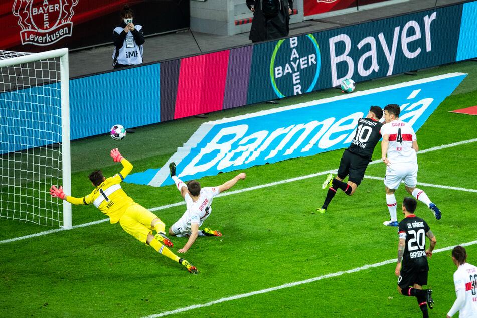 Leverkusens Kerem Demirbay (3. v.l.) trifft zur 1:0 Führung gegen den VfB.