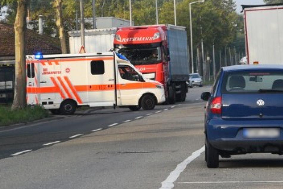 Nach dem Arbeitsunfall: Ein Rettungswagen verlässt am Montag das Firmengelände in der Essener Straße.