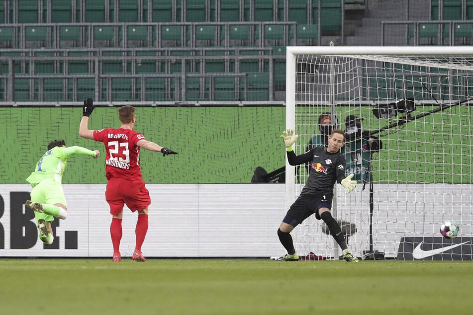 Mit einem Flugkopfball traf Wout Weghorst (l.) in der 22. Minute zum 1:1 für den VfL Wolfsburg.