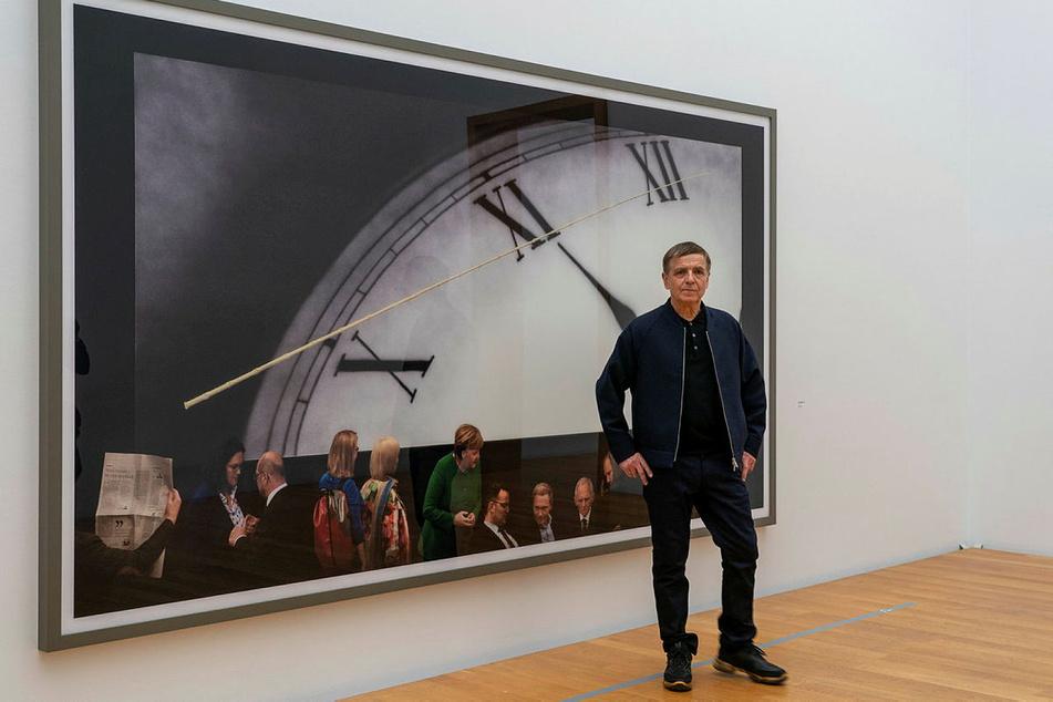 """Fotograf Gursky (66) vor seinem Bild """"Politik II""""."""