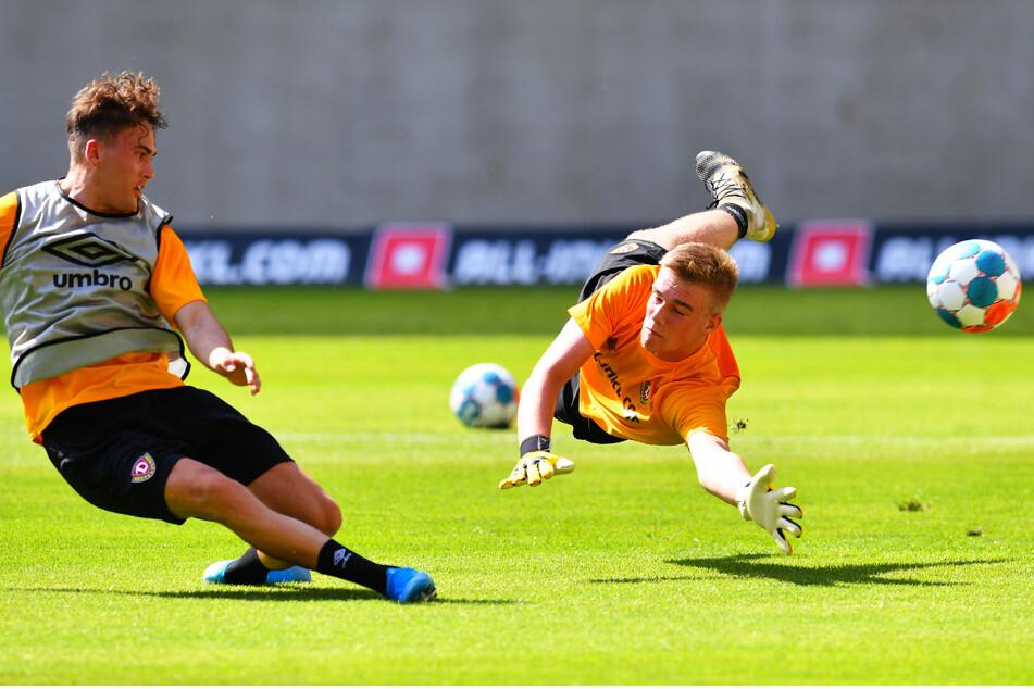 Zwei Jung-Dynamos im direkten Duell: Simon Gollnack (19, l.) gegen U16-Keeper Erik Herrmann (16).
