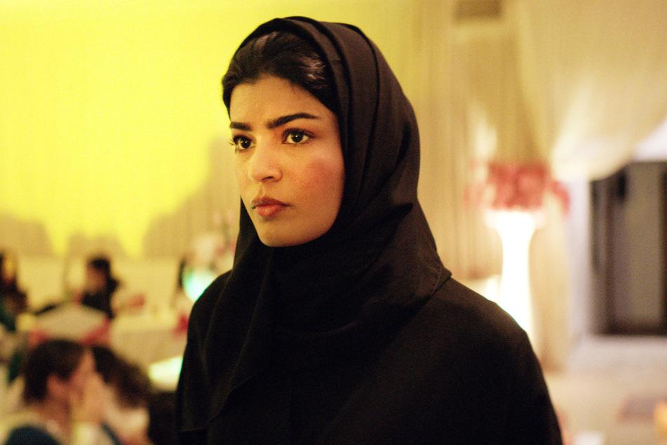 Maryam (Mila Al Zahrani) ist Ärztin, doch die Zufahrtsstraße zur Klinik ist nicht asphaltiert und deshalb matschig, weshalb sie sich dafür einsetzt, dass sich das ändert.