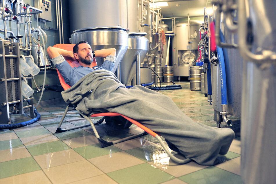 Unter Tage herrschen angenehme 15 bis 18 Grad: Gastronom André Donath (55) will bei Tropenhitze im Bierkeller schlafen.