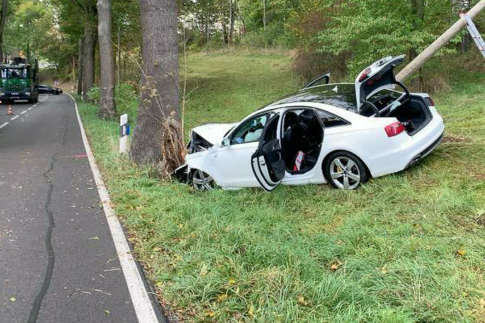 Audi kracht nach Überholmanöver gegen Baum: Zwei Verletzte bei Unfall