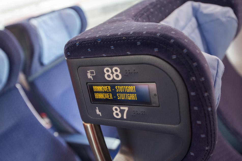 Eine elektronische Reservierungsanzeige ist in einem Zug der Deutschen Bahn vom Typ ICE4 an der Kopfstütze integriert.