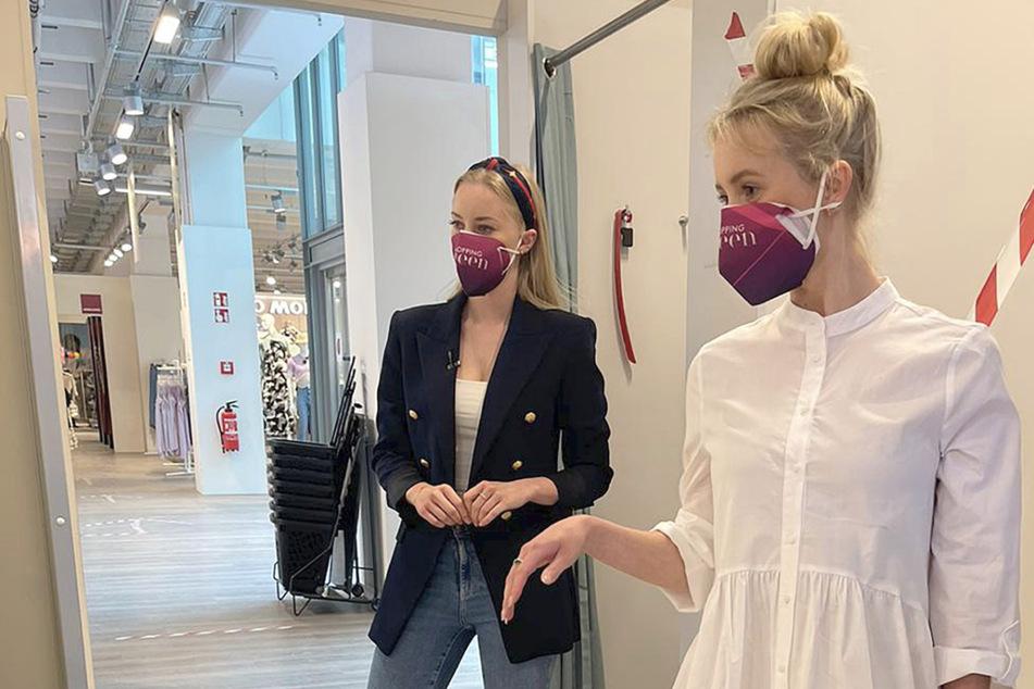 Lena und ihre Shopping-Begleiterin Katharina landen mit dem ersten anprobierten Kleid gleich einen Volltreffer.
