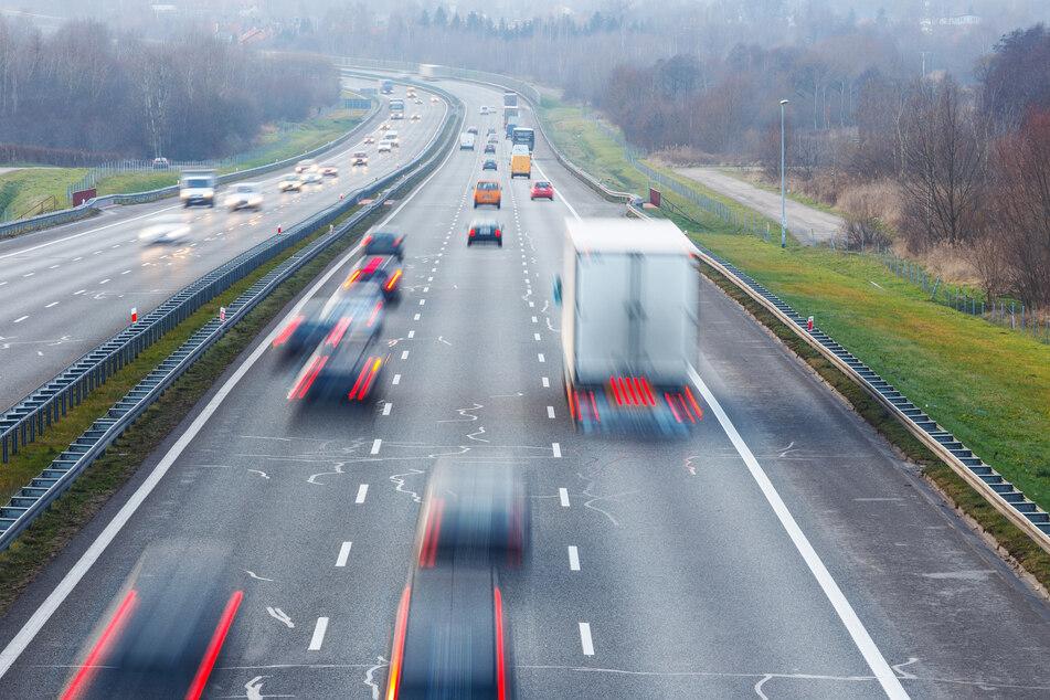Irre Szene auf der A1 bei Köln: Männer prügeln sich auf der Überholspur