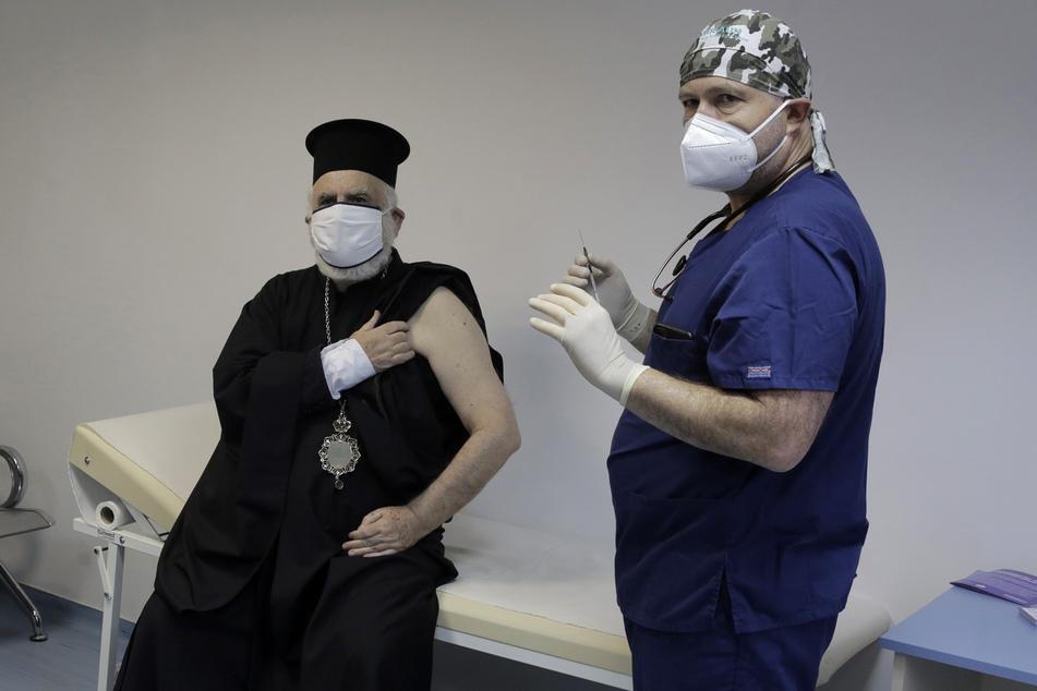 Ein Bischof wird im St. Anna Krankenhaus in Sofia gegen Corona geimpft.