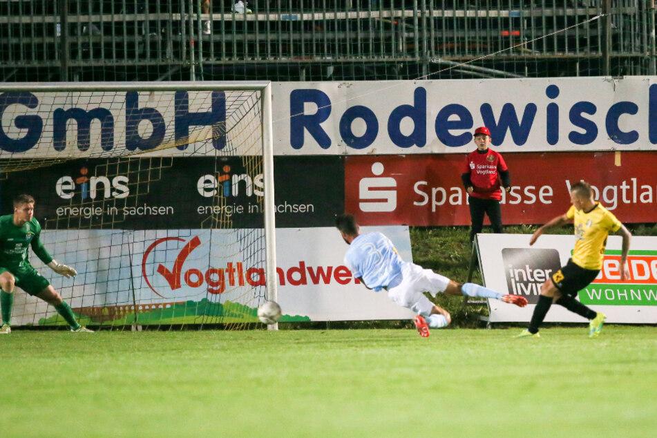 So erzielte Marc-Philipp Zimmermann (r.) sein erstes Tor gegen CFC-Keeper Jakub Jakubov.