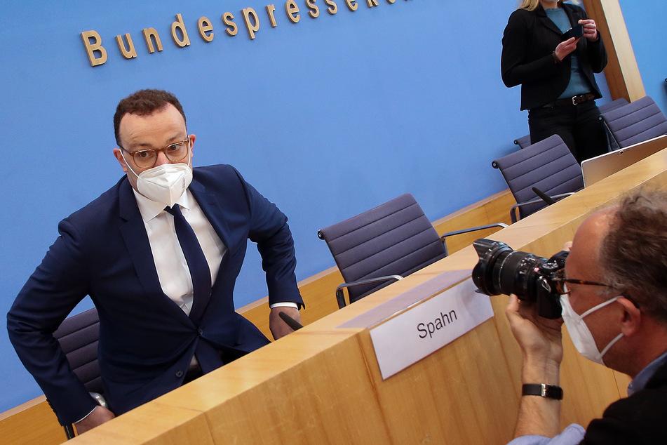 Jens Spahn (40, l, CDU), Bundesgesundheitsminister, hat den Initiatoren Internet-Aktion #allesdichtmachen ein Dialogangebot gemacht.