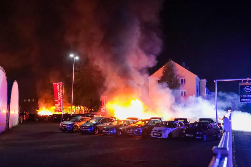In Solingen sind am späten Freitagabend zwölf Autos auf dem Gelände eines Autohändlers ausgebrannt. Der Sachschaden wird auf etwa 400.000 Euro geschätzt.