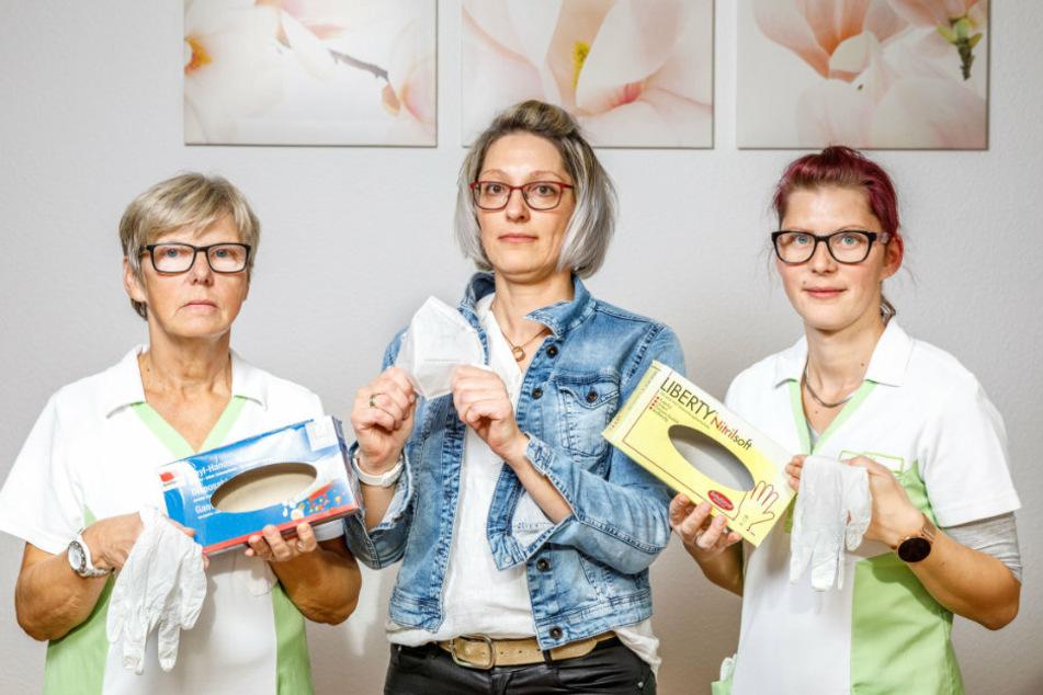 Klagen über teure und teils schlecht verfügbare Pflegehilfsmittel: Chefin Blanka Domsch (38, M.) mit ihren Mitarbeiterinnen Anja Bernhard (32) und Hayde Schneider (60).