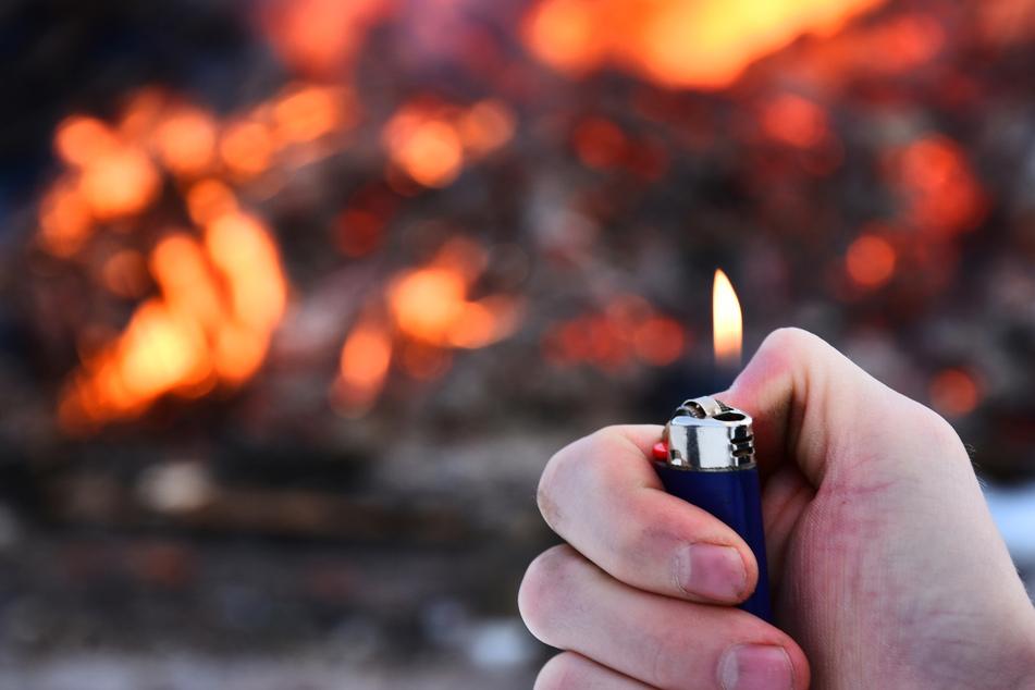 Nach mehreren Bränden wird gegen vier Jugendliche wegen Brandstiftung ermittelt. (Symbolbild)