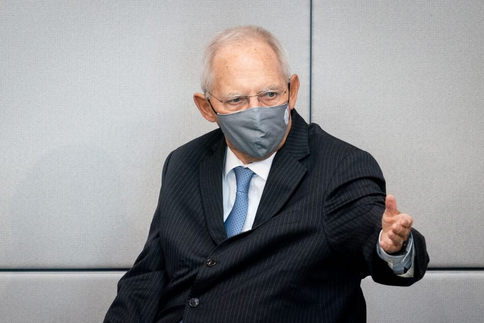 Wolfgang Schäuble (CDU), Bundestagspräsident, wartet mit einem Mund-Nasen-Schutz auf den Beginn der 177. Sitzung des Bundestags und geestikuliert.