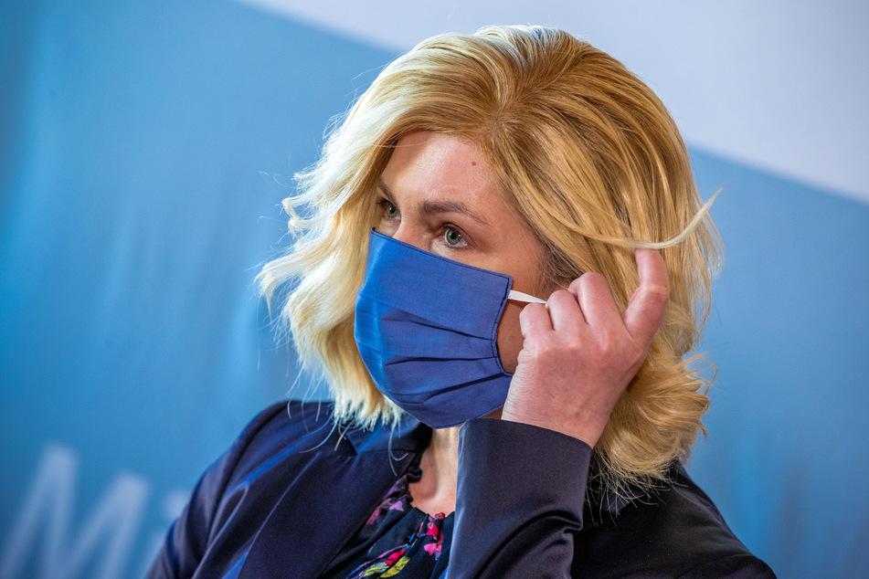 Manuela Schwesig (SPD), die Ministerpräsidentin von Mecklenburg-Vorpommern, trägt zu Beginn einer Pressekonferenz nach der Kabinettssitzung in der Staatskanzlei eine Schutzmaske.