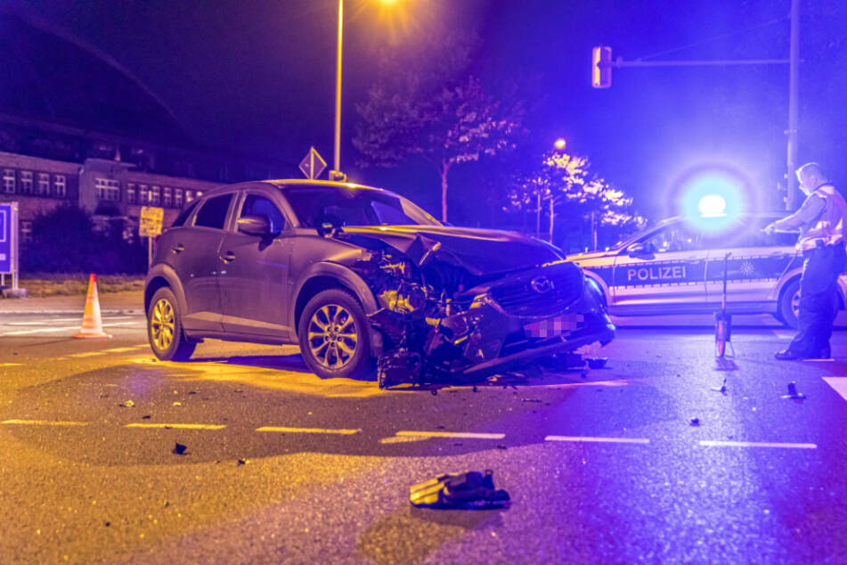 Die Polizei ermittelt am Unfallort.