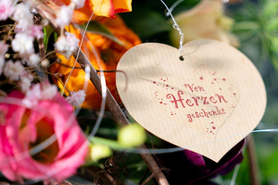 """""""Von Herzen geschenkt"""" steht an dem Blumenstrauß. Der Valentinstag bringt den Floristen sonst lukratives Geschäft. (Symbolbild)"""