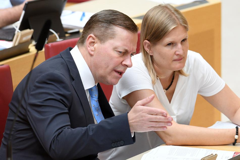 Die AfD-Abgeordneten Ralph Müller (l.) und Katrin Ebner-Steiner bei der Plenarsitzung im Bayerischen Landtag. (Archiv)