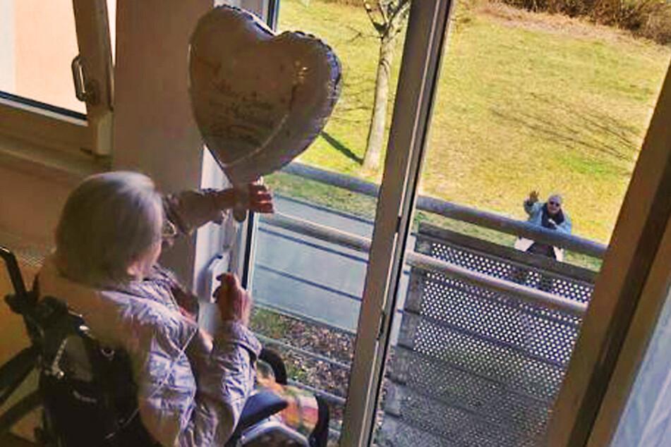 Bitter-süße Liebe: Paar feiert wegen Corona 65. Hochzeitstag am Fenster