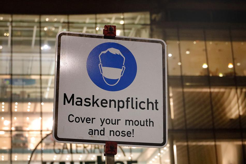 Schild zur Maskenpflicht am Chemnitzer Neumarkt.