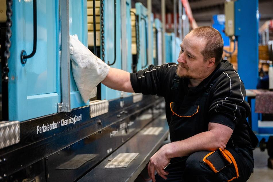 Mitarbeiter Marcel Siegel (49) poliert im Lok- und Wagenschuppen des Bahnbetriebswerks die Wagen.