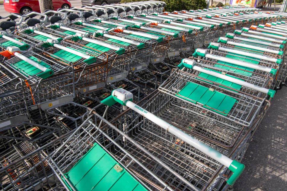 Insgesamt 75 Einkaufswagen soll der Angeklagte mitgenommen und behalten haben. (Symbolbild)