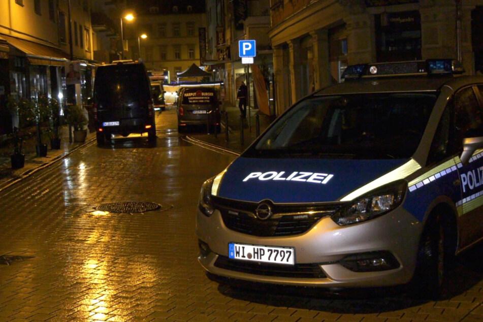 Das Foto zeigt einen Einsatzwagen der Polizei am Tatort in der Innenstadt von Wiesbaden.