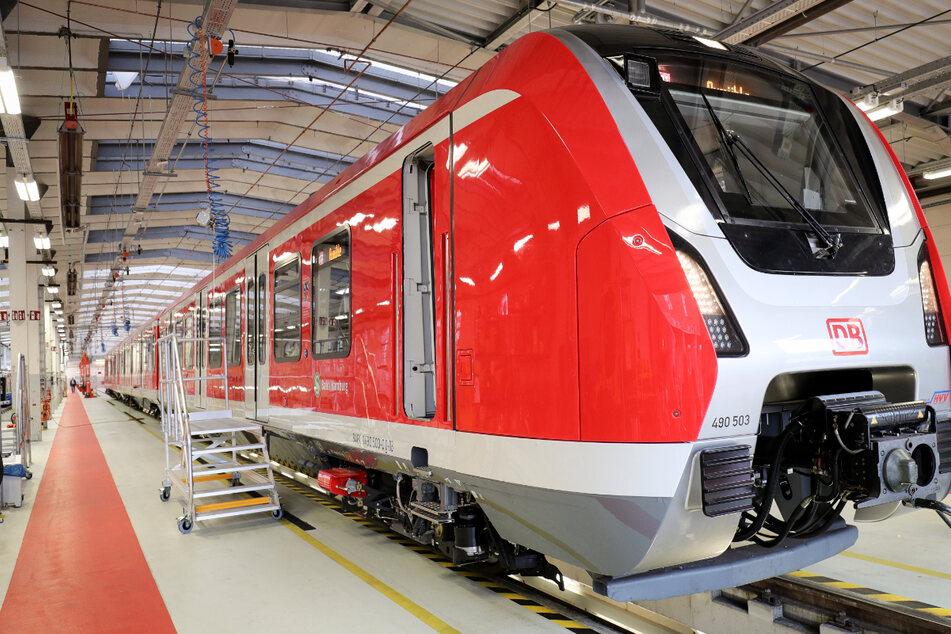 Die Züge der Baureihe ET 490 fahren für die S-Bahn Hamburg durch die Stadt. (Archivbild)