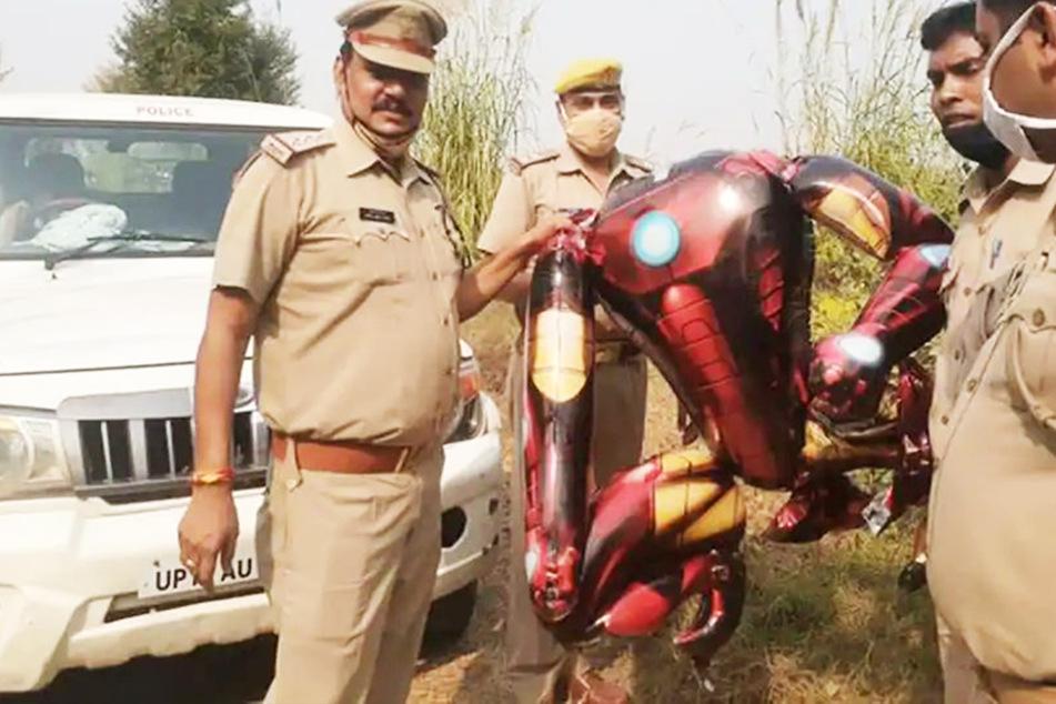 Polizisten stellten das vermeintliche Alien sicher.