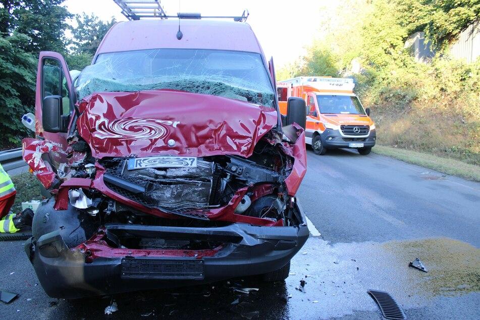 Der Fahrer (22) des Mercedes Sprinters fuhr ungebremst auf den Sattelschlepper vor ihm auf. Er und sein Beifahrer wurden bei dem Unfall schwer verletzt.