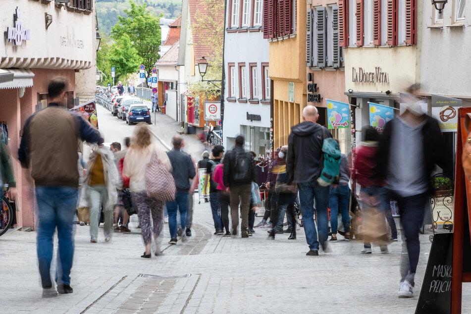 Baden-Württemberg, Tübingen: Menschen gehen durch die Fußgängerzone.