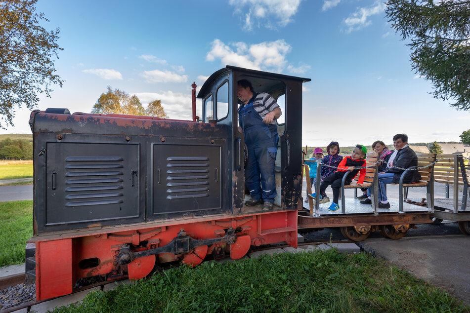 Die Enkel von Matthias Münzner drehen eine Runde mit der Lok.