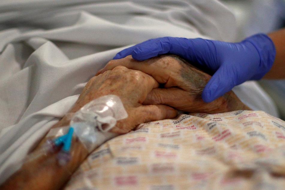 Die Mitarbeiter in englischen Krankenhäusern sind wegen der anhaltenden Corona-Pandemie erheblichen Belastungen ausgesetzt.